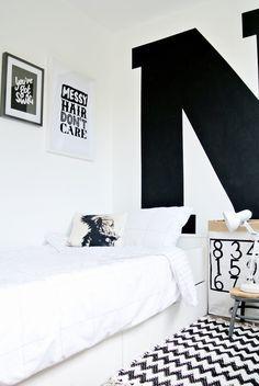 Idée : grande lettre peinte sur mur ou porte placard ?