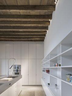 cozinha minimalista com forro rustico de madeira
