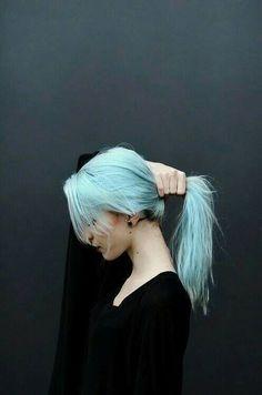 Cheveux turquoise et piercing punk.. Style parfait!! ;))