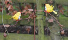 Ach hoe leuk is dit windspel met deze grappige vogeltjes.