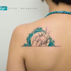 Tatuagem criada por KORAY KARAGÖZLER da Turquia. Elefante com circulo de mar azul.