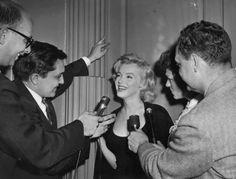 Image - 1956 / Rumeurs circulant à propos du mariage MILLER-MONROE / A l'annonce de ce prochain mariage, la presse campa devant l'appartement de Marilyn à Sutton Place ; les photographes l'assaillirent dès le matin, et Marilyn organisa une conférence de presse, plus tard dans la journée, dans le hall de son immeuble. (part 2, voir TAGS). - Wonderful-Marilyn-MONROE - Skyrock.com
