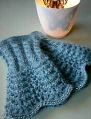These wonderful fingerless mittens sports both cables and the wavy pattern called 'sea foam' in Norwegian.