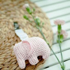Virkattu norsu vaunuleluksi vauvalle.