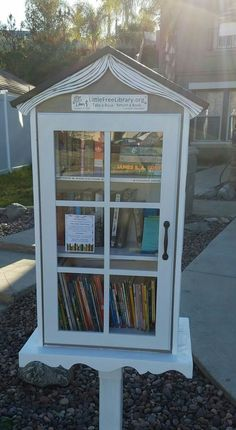 If you are eager to set up a little free library near you, we share these little free library plans to get you inspired and ready to start DIY-ing! Little Free Library Plans, Little Free Libraries, Little Library, Mini Library, Library Books, Little Free Pantry, Library Inspiration, Library Ideas, Street Library