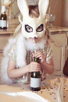 Oui Oui-niña conejo bebiendo champagne