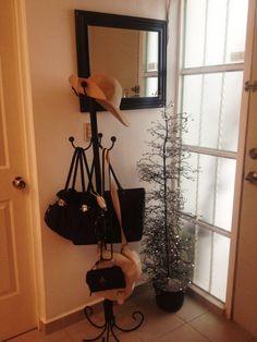57)  - Árbol decoración con brillos en cuadritos de espejos en las ramas $250  - Perchero alto 6 brazos $250  -Espejo $150  **Perchero vendido *Espejo vendido