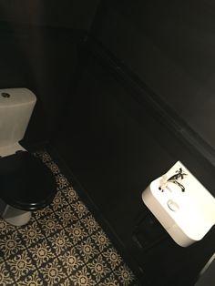WC comme autrefois - carreaux de ciment et lave main avec petite crédence - robinet rétro, le tout dans une boîte noire. C2villaucourt.com