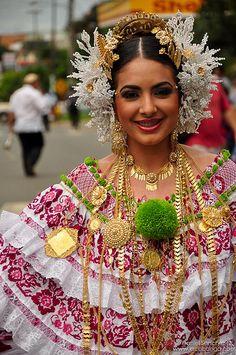 Pollera panameña en el Desfile de las mil polleras, Los Santos, provincia de Los Santos, Panamá.