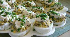 Jajka ugotować na twardo, wystudzić, obrać i przeciąć na połówki. Wyjąć delikatnie żółtka, przełożyć do miseczki i rozgnieść widelcem. Pieczarki po obraniu zetrzeć na tarce na dużych oczkach, przesmażyć na oleju. Ostudzić, połączyć z żółtkami, dodać drobno pokrojony szczypiorek i majonez (niewielką ilość, która Mary Berry, Polish Recipes, Deviled Eggs, Easter Recipes, Baked Potato, Good Food, Appetizers, Food And Drink, Cooking Recipes