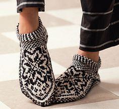 Ravelry: Norwegian Star Slippers pattern by Laura Farson From: Knitting… Knitted Slippers, Crochet Slippers, Knit Crochet, Slipper Socks, Fair Isle Knitting, Knitting Socks, Hand Knitting, Knit Socks, Ravelry