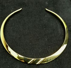 Spang gesmeed in Geel goud.  Necklace/strap forged in gold.By Nol sieraden.