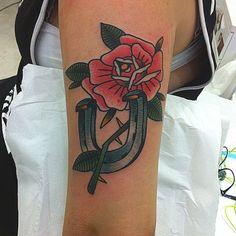 #ink #inkup #tattoo #tattoorj #tattooed #acquasantatattoo #tattooartist #oldschool #art #skin #rj #bodyart #inklife #riodejaneiro #rose #ferradura