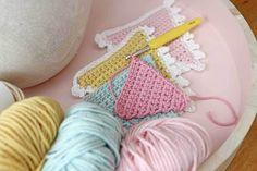 Crochet Pattern flags with edge hooks Crochet Home, Love Crochet, Crochet Granny, Crochet For Kids, Crochet Stitches, Knit Crochet, Crochet Patterns, Crochet Ideas, Crochet Bunting