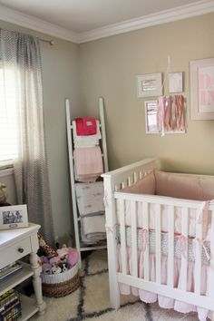 DIY Blanket Ladder - perfect to hold baby blankets! #nursery