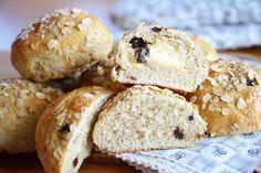 Havregrynsboller med rosiner Cheat Meal, Bread Baking, Raisin, Good Food, Fun Food, Oatmeal, Muffin, Brunch, Rolls