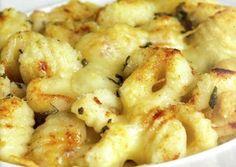 Gli gnocchi cremosi vengono realizzati cuocendo le patate, preparando il purè, versandovi dentro la farina e preparando l'impasto. Faremo degli gnocc...