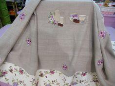 Mantel de lino natural con cenefa estampada y original bordado en tonos beige y malvas