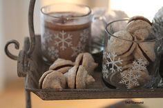 """Snowflake-Cockies"". Recipe on my Blog: http://tastearound.blogspot.de/2015/01/schneeflocken-im-januar.html #snowflakes #schneeflocken #kekse #cockies #tastearound #sweets #süßesachen #desserts #keksrezept #schokofüllung #food #foodphotography"