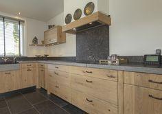Mooi hout, deze massief eikenhouten keuken is klassiek en modern in één