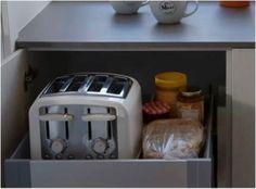 Tiroir a dejeuner. Êtes-vous excédé par les miettes de pain sur le comptoir? Cette astuce est pour vous! Ce tiroir avec roulement à bille range d'abord et avant tout le grille-pain (pour aménager ce type de tiroir, il faut prévoir un fil électrique assez long, ainsi qu'une prise à l'intérieur de l'armoire). À cela s'ajoute tout ce dont vous avez besoin Small Kitchen Storage, Kitchen Organization, Armoire Makeover, Home Desk, Kitchen Hardware, Bedroom Loft, Kitchen Accessories, Kitchen Decor, Sweet Home