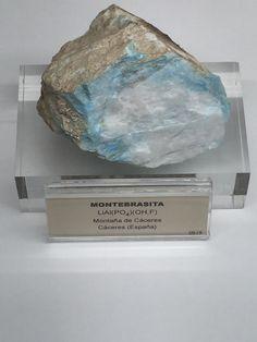 -Nombre: MONTEBRASITA  -Composición química: LiA(PO4) (OH1F) -Reacción HCl:  se disuelve lentamente -Sistema cristalino: triclínico -Densidad: 3,13  -Ambiente de formación: típicos de las pagmatitas graníticas, ricas en litio y de filones hidrotermales -Utilidad:  -Exfoliación: perfecta -Fractura: irregular y subconcoidea -Dureza: 5,5-6 -Tenacidad: quebradizo -Color de superficie: blanco con tonalidades de amarillento, beige, rosa, verdoso, azul, gris -Color de la raya: blanca -Brillo…