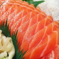 Sushi Love, My Sushi, Salmon Sashimi, Frog Cakes, Sushi Party, Good Food, Yummy Food, Vietnamese Recipes, Aesthetic Food