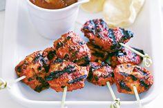 Ingrédients : 2 cuil à soupe de pâte de curry tandoori 200 ml yaourt nature grec 8 cuisses de poule désossées, sans peau , chacune coupée en 3 morceaux Vous aurez besoin de: 4 brochettes en métal Préparation : Dans un bol, mette la pâte de tandoori et le yaourt ensemble et y recouvrir les
