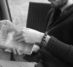 bracelet bouddiste bois de santal avec pièce ancienne et signe OHM : Bijoux pour hommes par made-with-love-in-aiacciu