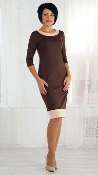 Коричневое платье с отделкой розового цвета