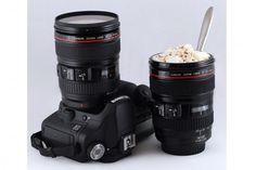 Se trata de un modelo exclusivo que imita al milímetro a la Canon EF24-105 mm. Diseñada con muchísimo cuidado en PVC negro de primera calidad y perfectamente apta para su lavado en el lavavajillas, los amantes de la fotografía encontrarán en esta taza original el recipiente perfecto para sus bebidas preferidas, ya sean calientes o frías.