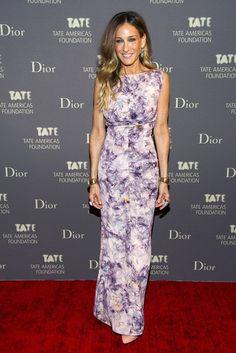 Top looks: las celebrities mejor vestidas. Sarah Jessica Parker en los Skylight Studios de Nueva York, con un vestido vintage de estampado floral, zapatos de Roger Vivier, brazaletes  dorados de Fendi y pendientes de Repossi.