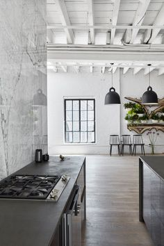 SoHo Loft SoHo Loft is a minimal interior design located in Soho, New York, designed by Nusla Design. The bui Soho Loft, Soho Apartment, Apartment Interior, Apartment Design, New York Loft, Loft Kitchen, Cocinas Kitchen, Industrial Living, Industrial Style
