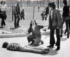 Le 4 mai 1970, les membres de la garde nationale de l'Ohio tirent dans une foule de manifestants de l'Université du Kent faisant quatre morts et neuf blessés. L'impact de la fusillade fut dramatique. L'événement déclencha une grève étudiante générale dans tout le pays ce qui contraint certaines universités et collèges à fermer.