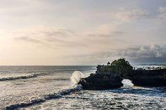 Templo de Tanah Lot  Bali. .................................................................................  Podéis seguir mis hashtags #sergiobejar o #vidacallejerafotos ------------------------------------------------------------------------------  #indonesia #Bali #travel #traveling #vacation #instatravel #trip #holiday #fun #mytravelgram #travelAwesome  #igtravel #yourshotphotographer #tourism #instapassport