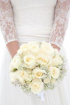 Bouquet Invernale, tutta la magica atmosfera di questa stagione Winter Bouquet, Lace Wedding, Wedding Dresses, Fashion, Bride Dresses, Moda, Bridal Gowns, Fashion Styles