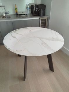 Top in marble effect ceramic. Stunning four legs dining table. Easy operation of extensions. Delivered to our client in London. Round Dinning Table, Round Extendable Dining Table, Leather Bed, Interior Design Kitchen, Sofa Design, Modern Bedroom, Contemporary Furniture, Flooring, Living Room
