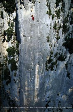 Alain Robert (famous for his ascents of buildings) soloing a long 7a in the #Verdon Gorge, France.