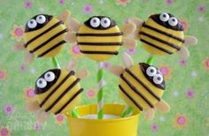Bee Oreo Pops (In Polish) but you can look at the picture and get the idea of how to make these adorable little treats (~_~) Oreo Pops, Music Cookies, Oreo Treats, Cookie Bakery, Carrot Cake Cheesecake, Bee Party, Cookie Pops, Cute Desserts, Chocolate Covered Oreos