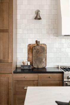White Oak Kitchen, Black Kitchens, New Kitchen, Home Kitchens, Kitchen Decor, Best Kitchen Faucets, Kitchen Styling, Kitchen Ideas, Countertop Backsplash