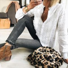<p>Las nuevas colecciones han llegado pisando fuerte y aunque parezca mentira ya hay algunas prendas agotadas. Blusas blancas con bordados, petos de cuadros, jerséis de rayas y chaquetas trenzadas son algunas de las piezas más deseadas. Aunque parece pronto para empezar a comprar ropa de primavera, si habéis sufrido algún flechazo, igual es hora de salir de compras. ¡Corred que vuelan!</p> Casual Fall Outfits, New Outfits, Spring Outfits, Fashion Outfits, Autumn Winter Fashion, Spring Fashion, Stil Inspiration, Color Combinations For Clothes, Fall Fashions