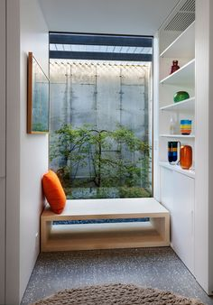 This modern house has a small nook with wood bench seating a large window and built-in white shelving and storage. Interior Design Home Living Room Upstairs, Interior Windows, Built In Bench, Wood Siding, Traditional Decor, Martha's Vineyard, Large Windows, Home Decor Bedroom, Architecture
