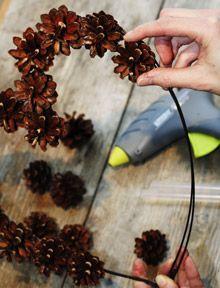 Männynkävyt ovat mainiota materiaalia talven juhlakauden koristamiseen.Märätkin kävyt kuivuvat ja avautuvat lämpimässä sisätilassa muutamassa päivässä ja o