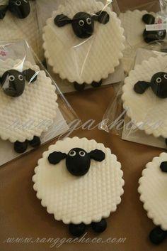 Ranggachoco: Shaun The Sheep Cookies, Birthday Cake and Cupcakes - Not a good link, just inspiration. Cookies Decorados, Galletas Cookies, Easter Cookies, Birthday Cookies, Sugar Cookies, Cookies Et Biscuits, Birthday Cake, Fondant Cupcake Toppers, Cupcake Cakes