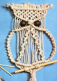 El tipo de t. Macrame Owl, Macrame Tutorial, Pottery Making, Craft Videos, Plant Hanger, Sewing Crafts, Diy And Crafts, Crochet Necklace, Things To Sell