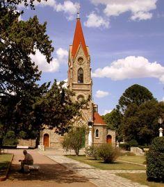 Iglesia en el centro de la plaza principal.Tornquist. Buenos Aires