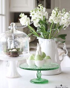 fr@ loves this📌🌟Easy Easter Decorating Ideas! Light and bright decorating for Easter ---> White Flowers, Spring Flowers, Cake Stand Decor, Easter Table, Easter Decor, Decorating For Easter, Easter Ideas, Easter Eggs, Home Nyc