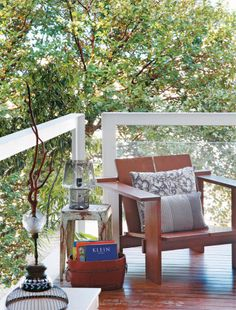 """Debruçada sobre o jardim da casa, a varanda do quarto tem vista aberta, sem prédios à frente. No horizonte, dá até para ver um pedacinho de mar. """"Graças à poltrona, que já era do morador, ela virou o espaço ideal para momentos de relax e leitura"""", diz a arquiteta."""
