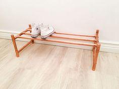 Skohylla tillverkad av kopparrör med tre stänger. Välj mellan runda eller raka kanter. Runda kanter:Höjd 22 cmDjup 32 cmRaka kanter:Höjd 25 cmDjup 32