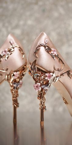 Schuhe Hohe Glitzer – My shoes need flowers on them. Rose gold is perfect Ralph Russo Wedding Shoes … – Schuhe Damen Pretty Shoes, Beautiful Shoes, Cute Shoes, Me Too Shoes, Fancy Shoes, Steve Madden, Shoe Boots, Shoes Heels, Gucci Shoes